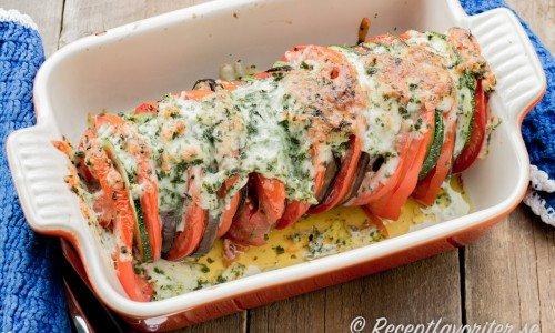 Gratinerad aubergine, zucchini och tomat i form