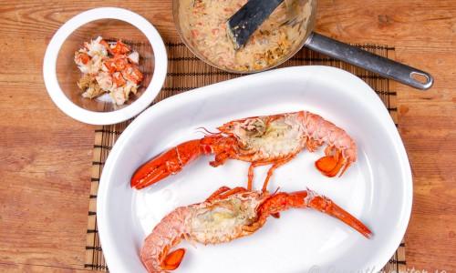 Urtagna kokta humrar med hummerkött och sås till stuvningen vid sidan