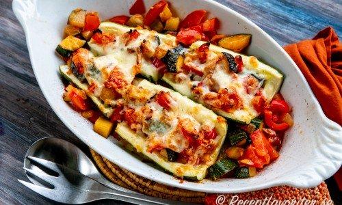 Gratinerade halvor av zucchini toppade med ratatouille grönsaksröra och mozzarellaost i form