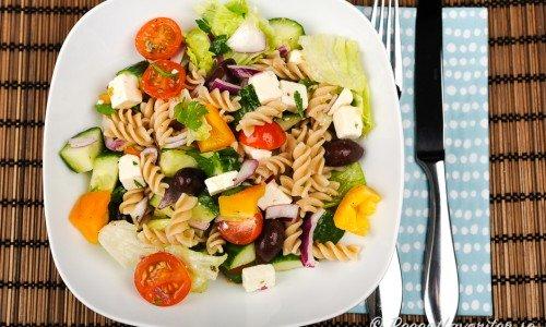 Grekisk pastasallad med pastaskruvar, fetaost, svarta Kalamata oliver och gottis.