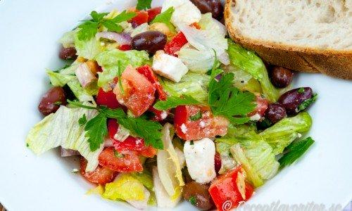 Grekisk sallad med fetaost, kalamata-oliver, isbergssallad, rödlök, tomat, gurka samt färsk oregano och persilja.