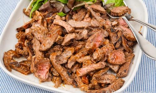 Grillad strimlad biff till köttmackan på fat