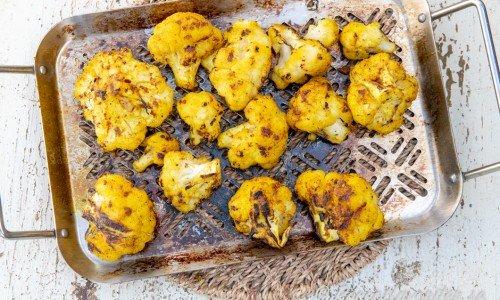 Grillad blomkål med gul kryddig grillmarinad av garam masala, chili, vitlök och gurkmeja.