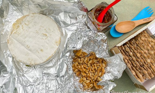 Ingredienser till den grillade Brieosten - en hel brieost ugns- eller grillfolie, hemgjord tomatmarmelad, valnötter att rosta i folie samt ett paket Mjälloms ljusa tunnbröd av vete.