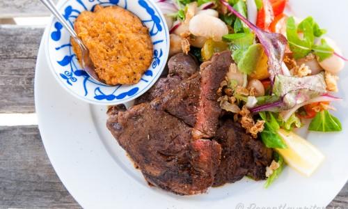 Grillad entrecote med sallad och jordnötsröra