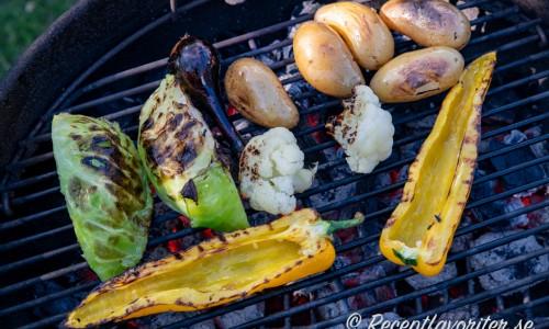 Grillad färskpotatis med skal, gul paprika, blomkål och sommarkål.
