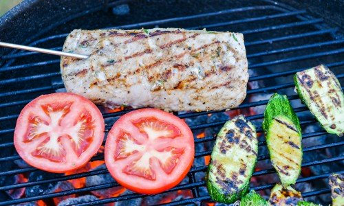 Använd gärna en stektermometer och kolla så fläskytterfilén blir genomstekt ordentligt till 65 grader. Grilla på lägre värme så du ej bränner köttet.