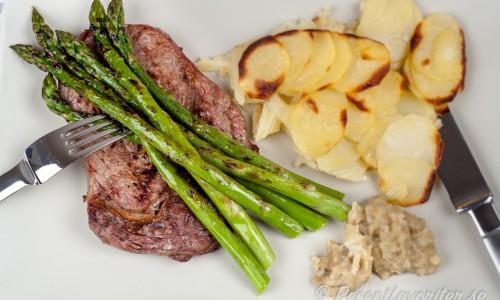Grillad kalventrecote med grillad grön sparris, melitzanosalsa eller aubergineröra och rostad potatis.
