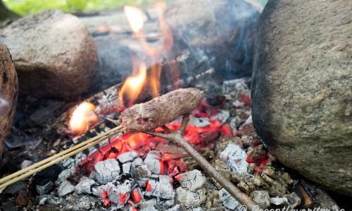 Kläm fast köttfärsen i en korv på en pinne eller grillspett. Grilla över öppen glöd eller på utegrill.