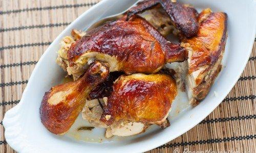 Grilla kycklingen hel och stycka i bitar. Eller stycka den först och grilla sedan i bitar.