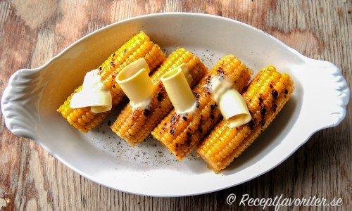 Grillad majskolv med smör, salt och peppar.
