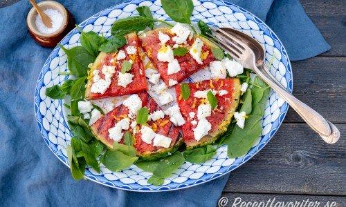 Grillad vattenmelon toppad med fetaost på fat