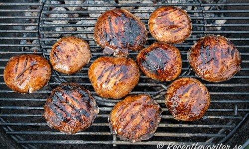 Portabellosvamparna grillas på utegrill