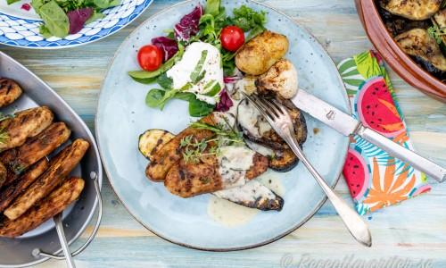Grillad quornfilé serverad på tallrik med tillbehör