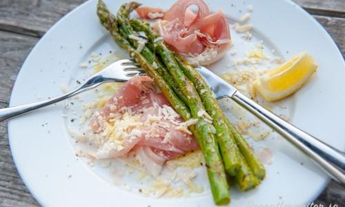 Grillad sparris som förrätt med lufttorkad skinka, citron och riven parmesan.