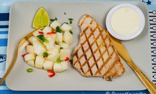 Grillad tonfisk med melonsallad och wasabisås på tallrik