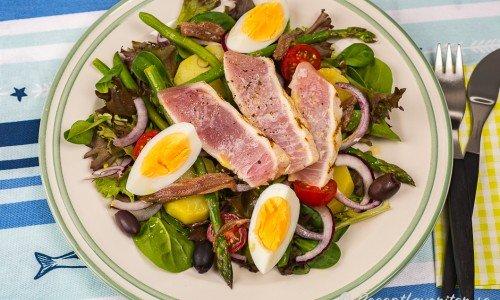 Grillad tonfisk med sallad Nicoise på tallrik