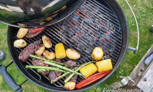 Sänk sedan värmen och dra kött och grönsaker åt sidan för att grilla klart på lägre värme.