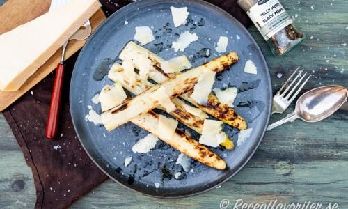 Grillad vit sparris med brynt smör, hyvlad parmesan, flingsalt och svartpeppar.