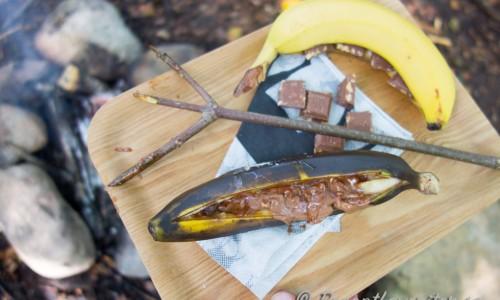 Grilla tills chokladen börjar smälta och bananen är mjuk. Sedan kan du äta med sked.