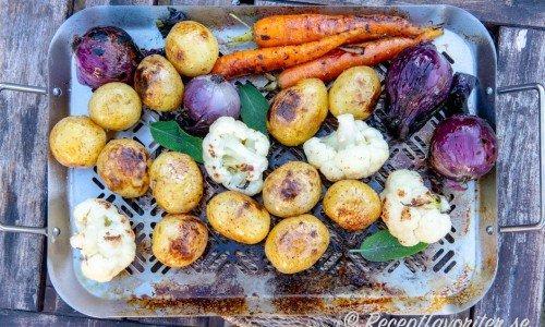 Grillade grönsaker i en form som man kan ha direkt på grillen.
