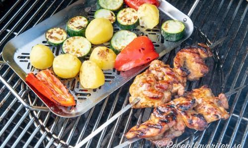Grillspetten med grillad potatis, paprika och zucchini.