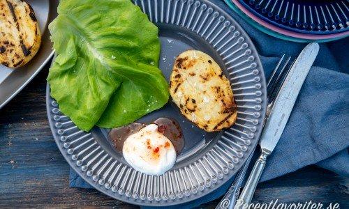 Halverade potatisar passar utmärkt att först koka och sedan ge färg på grillen till servering.
