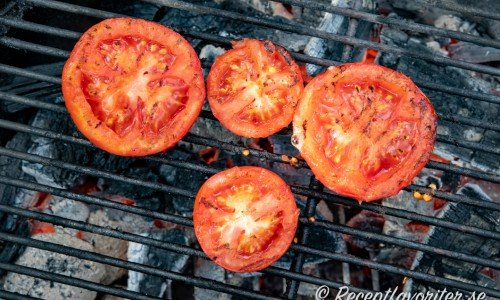 Tomathalvor på grillen
