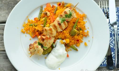 Kycklingspetten kan du servera med valfria tillbehör eller som på bilden med couscoussallad och kall sås.