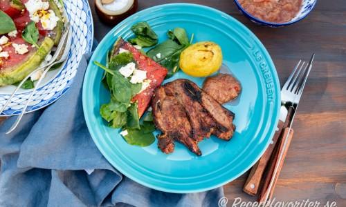 Grillad melon passar serverad som tillbehör till grillat lamm, potatis och rabarbersås.