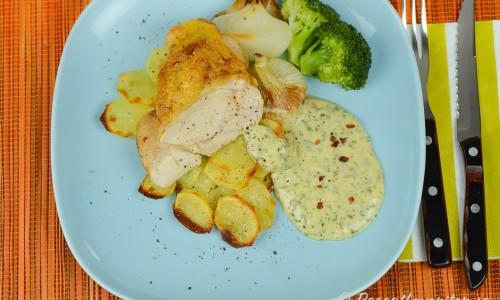 Grillat majskycklingbröst med chilibearnaise, grillad knipplök, rostad skivad potatis och kokt broccoli.