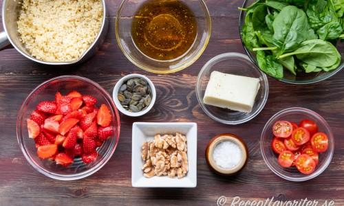 Ingredienser till grillost- och jordgubbssalladen.