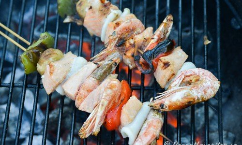 Du kan trä valfri fisk, skaldjur och grönsaker på spetten - mitt förslag är med lax, räkor med skal, bläckfisk, röd och grön paprika samt champinjoner.