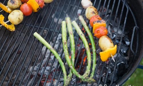 Passa på att grilla grön fin sparris när du grillar grönsaksspetten.