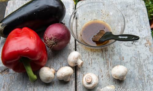 Varva gärna köttet med grönsaker på spetten. I receptet tog jag paprika och rödlök men även andra grönsaker som aubergine, zucchin, svamp och färsk ananas är gott.