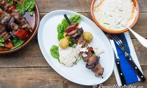 Grillspett med grytbitar kan du servera med valfria tillbehör eller som här med vit bönröra, kokt färskpotatis och lite grönsallad.