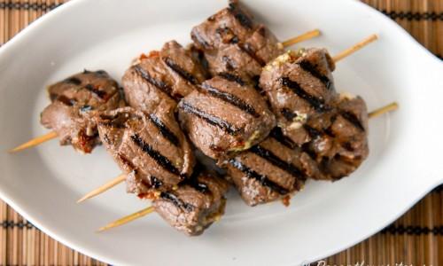 Fyllda lövbiffspett med fetaost. Lövbiff som fylls, rullas och skärs i bitar och träs på spett är goda att grilla eller steka.