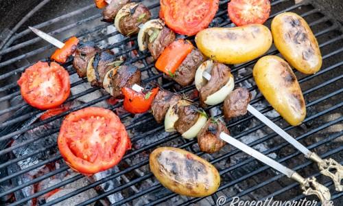 Passa på att grilla tomathalvorna när du grillar annat.