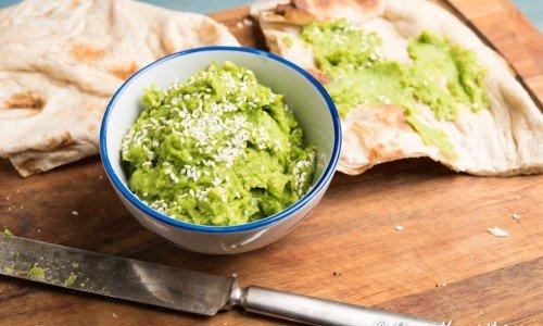 Grön ärthummus som pålägg till mackan eller som röra till maten. Vegan och vegetarisk.