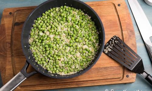 Grön ärtor frästa med vitlök, olivolja, lök, sesamfrön och avokadoolja som sedan mixas till en röra.