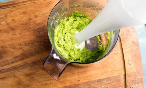 Mixa ärtorna med en stavmixer till en röra/hummus.