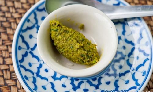 Hemgjord grön currypasta i skål