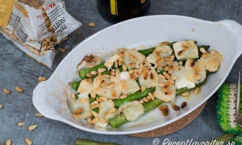 Grön sparris i ugn med chevre och pinjenötter