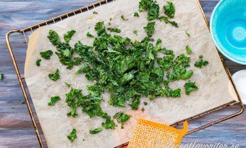 Grönkålschipsen torkade i ugnen på bakplåtspapper