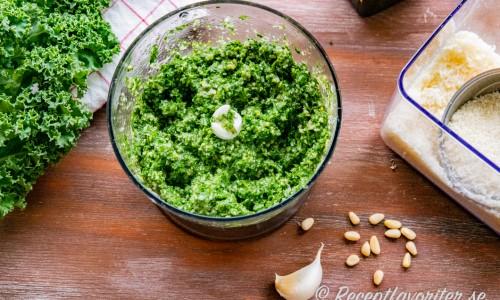 Grönkålspeston i mixer med olivolja, pinjenötter, vitlök och parmesanost.