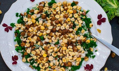 Grönkålssallad med hasselnötter och yoghurt på fat