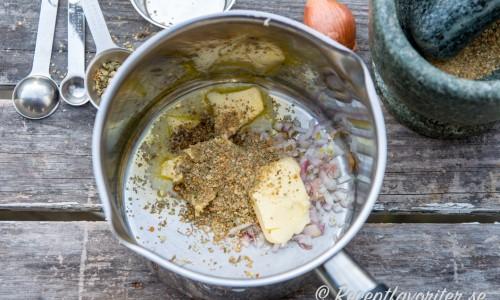 Ingredienser till grönpepparsåsen i kastrull
