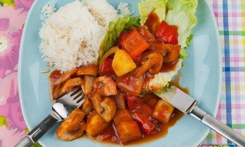 Grönsaker i sötsursås med ris och sallad.