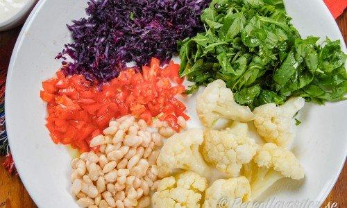 Blandade grönsakstillbehör på tallrik