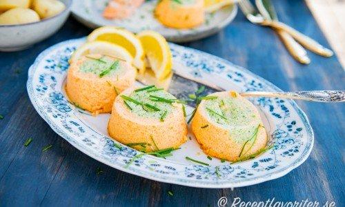 Morots- och broccolitimbalerna på fat till servering